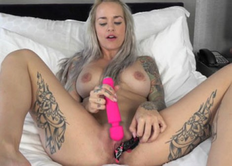 Sammie Six masturbates with her panties